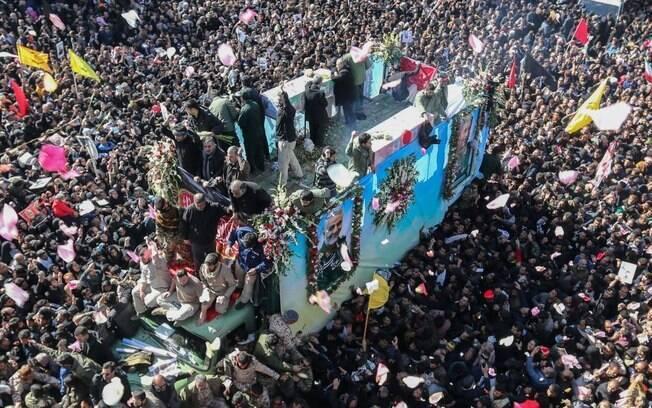 Funeral de Soleimani reuniu milhares de pessoas