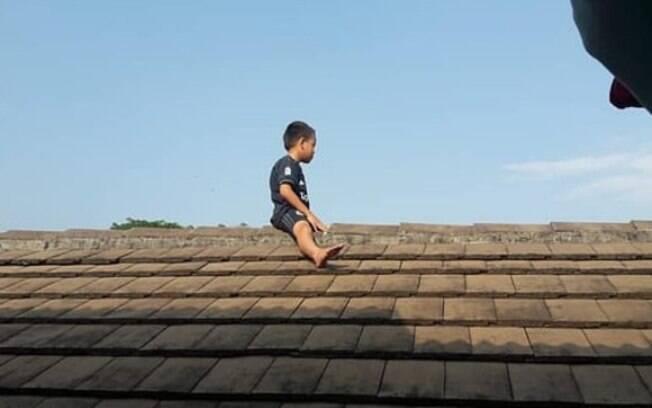 Menino só desceu do telhado após ser convencido por professor da escola em que estudava