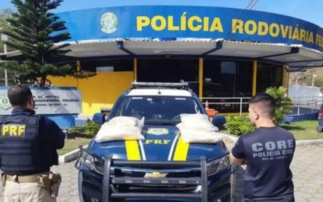PRF apreendeu o guincho com dois carros e a cocaína escondida em sacos de ração.