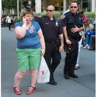 Imagem da série 'Wait Watchers': enquanto Haley fala ao celular, policiais brincam pelas costas dela