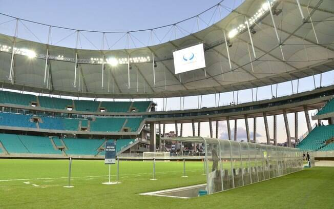 Vista do campo com destaque para o banco de reservas da Fonte Nova