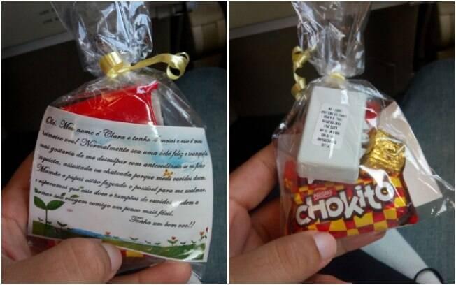 Na primeira viagem de avião de filha, pais distribuem doces e tampões de ouvido para os passageiros mais próximos