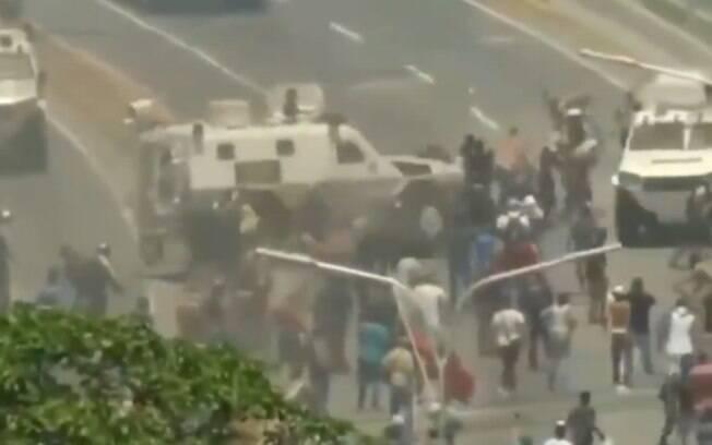 Vídeo mostra momento em que blindado da Guarda Nacional Bolivariana atropela manifestantes