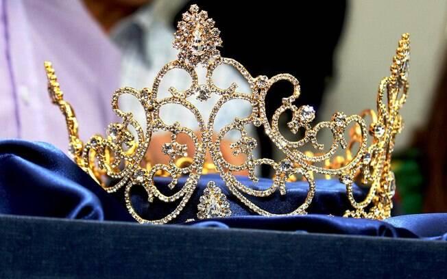 Cozete Gomes usa coroa de R$ 60 mil para desfile de carnaval
