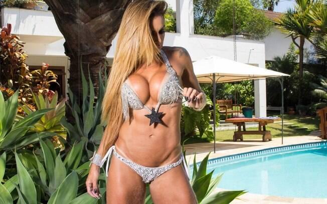 Wanessa Angell fez um ensaio pra lá de sensual com um biquíni luxuoso composto por predarias