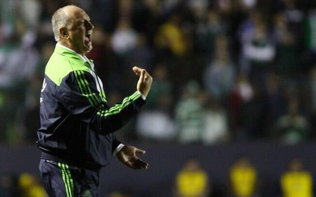 Felipão conversa com o time do Palmeiras na  beira do campo