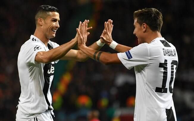 Cristiano Ronaldo e Dybala comemoram juntos gol na partida entre Manchester United e Juventus, vencida pelo clube italiano
