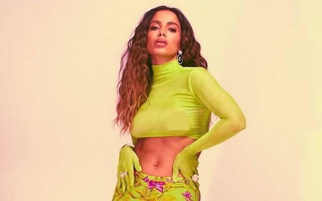 Anitta posta foto com blusa transparente