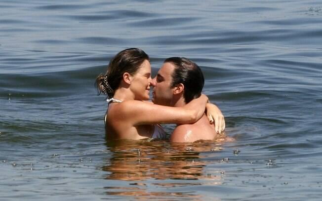 Letícia Birkheuer e Alexandre Furmanovick trocam beijos no mar