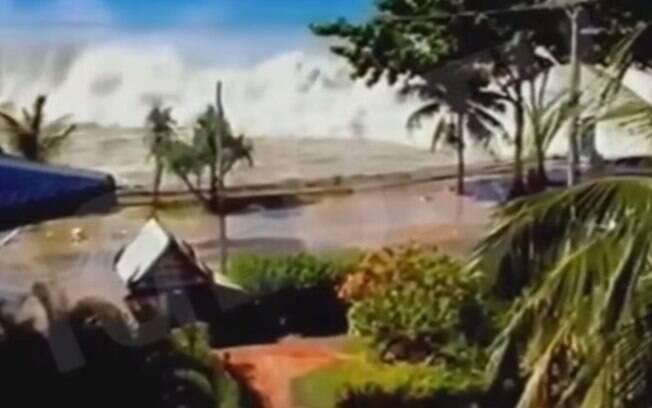 Imagens postadas no YouTube mostram o momento em que as ondas invadiram o litoral da Indonésia (2004). Foto: Reprodução/Youtube