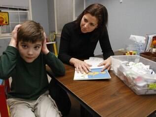 A americana Donna Shank com seu filho Ryan, de sete anos, diagnosticado com autismo: doença envolve pedaços defeituosos de DNA e genes ligados a sinapses
