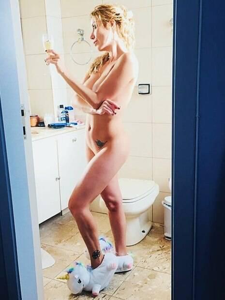 Luiza Possi arrancou suspiros dos seguidores ao postar foto nua para mostrar pantufas