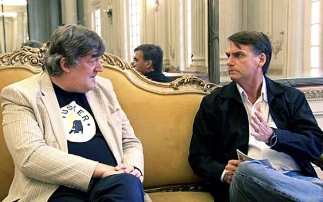 """O britânico Stephen Fry classificou o encontro com o brasileiro Bolsonaro como """"um dos mais sinistros e estranhos"""" que já teve"""