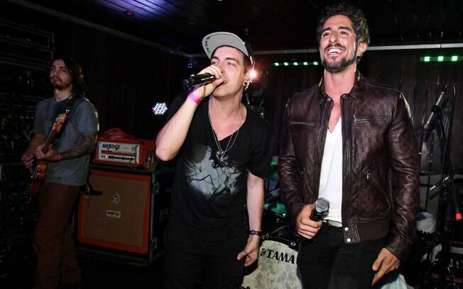 Marcos Mion comemora aniversário com show de Nx Zero