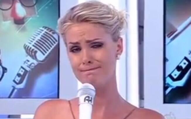 Ana Hickmann foi às lágrimas no 'Tudo é Possível' quando mandou um recado à família do humorista Shaolin, que estava internado após sofrer um acidente de carro