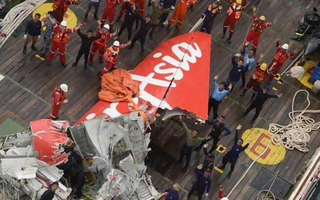Cauda do avião da AirAsia foi encontrada e içada neste sábado (10)