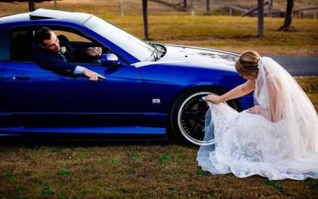 mulher limpando carro com vestido de noiva