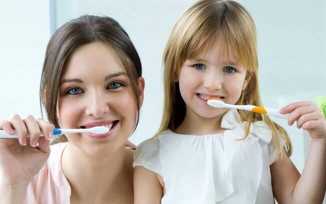 Pais devem ensinar aos filhos como escovar os dentes corretamente