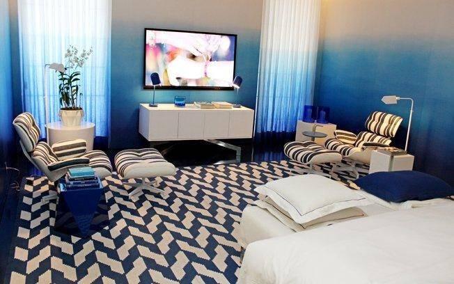A unidade decorativa é garantida com a presença constante das cores azul e branco