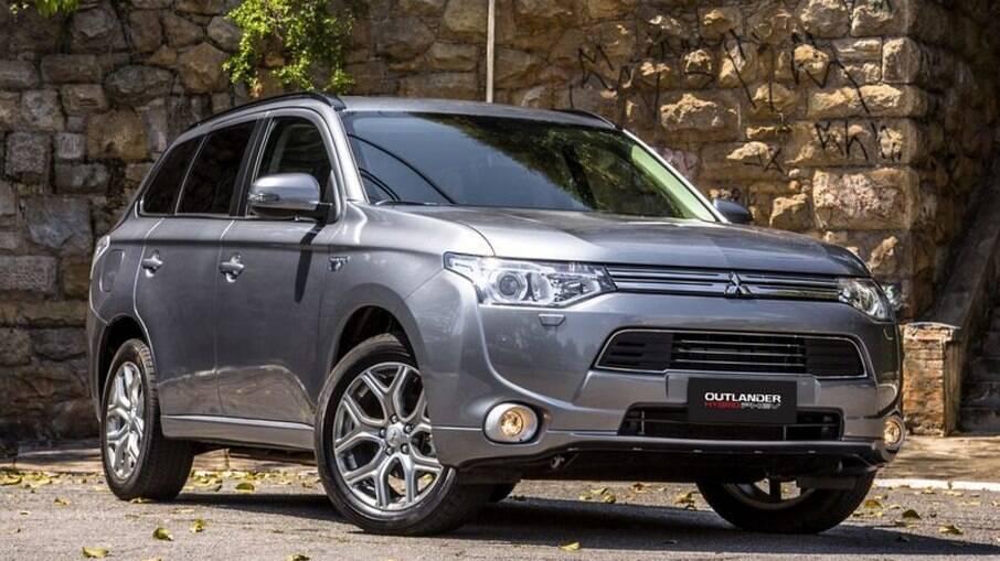 Mitsubishi Outlander PHEV tem motor híbrido e é mais equipado que o VW T-Cross Comfortline