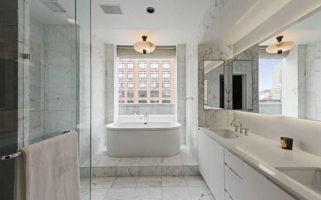 O apartamento todo tem um design sofisticado e minimalista, com a predominãncia de tons claros