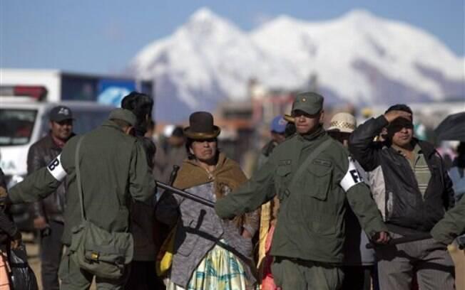 Militares controlam acesso ao aeroporto de El Alto, onde o papa desembarcou nesta quarta-feira. Foto: AP