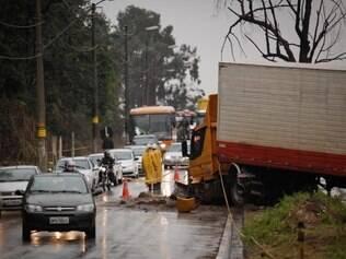 Carreta invadiu contramão atingiu três carros deixou um morto no Anel Rodoviario, em Belo Horizonte