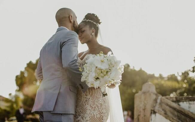A cantora Iza e produtor Sérgio Santos marcaram os casamentos dos famosos ao optar por uma 'festona intimista'