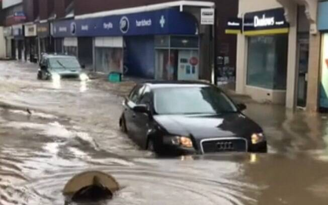 Ruas do Reino Unido foram tomadas pela água durante a tempestade Dennis