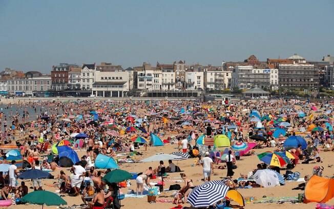 Ingleses se aglomeraram em praias ao sul da Inglaterra para aproveitar dia mais quente do ano, medidas de distanciamento continuam valendo