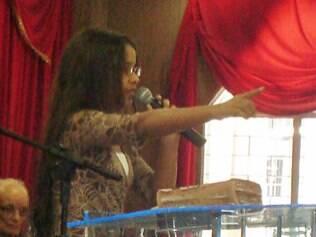 Ana Carolina pregando em foto recente...