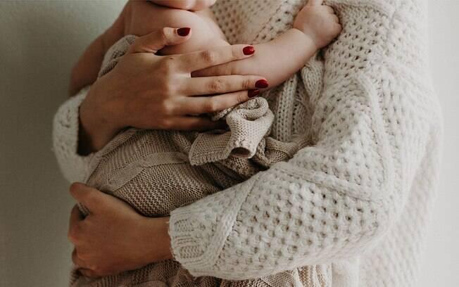 Professora consegue licença-maternidade por gravidez de companheira