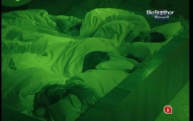 Depois de muitas brincadeiras, Yuri, Renata e Monique dormem no Quarto do Líder