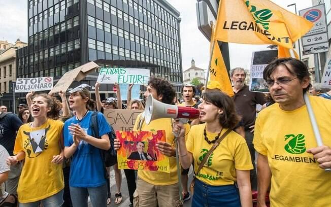 Em Milão, manifestantes se uniram em defesa da Amazônia e contra o presidente Jair Bolsonaro (PSL)