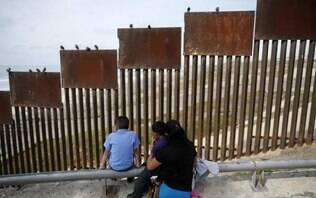 Crianças migrantes que estavam em condições alarmantes nos EUA são transferidas