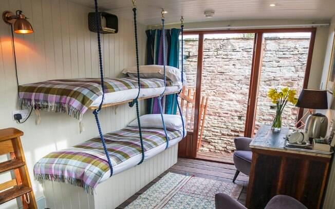 As beliches dobráveis otimizam o espaço na hospedagem e são mais recomendadas para crianças pequenas