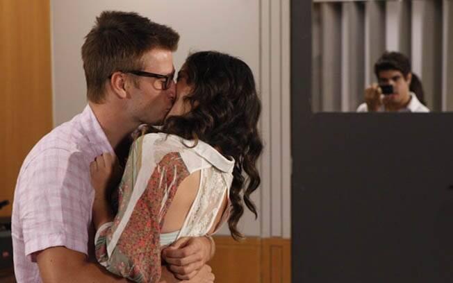 Antenor fotografa Patrícia e Alexandre aos beijos na universidade