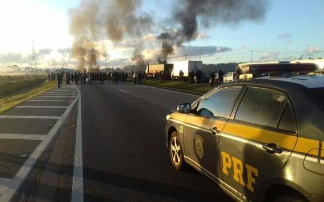 Manifestantes bloqueiam a BR-277, na altura do quilômetro 69, em São José dos Pinhais, no Paraná