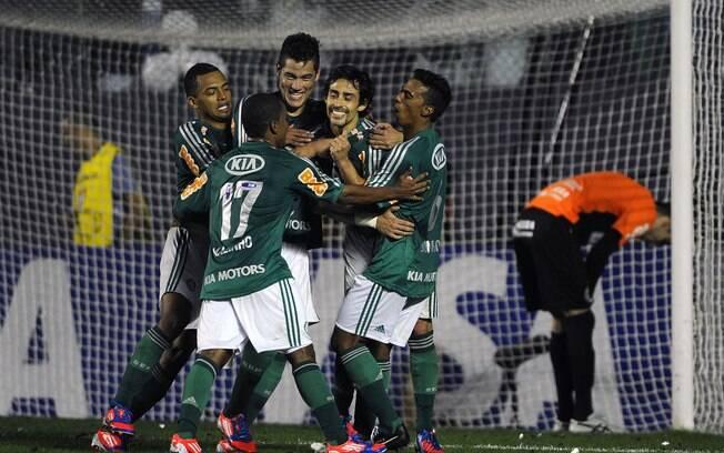 Jogadores do Palmeiras comemoram o gol de  Valdivia