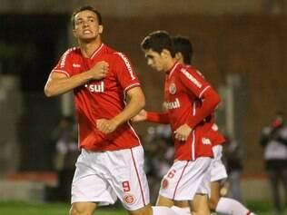 Camisa nove fez dois gols na vitória de 3 a 1 sobre o Independiente.  Lateral cobrou pênalti afc6b54ac17b4