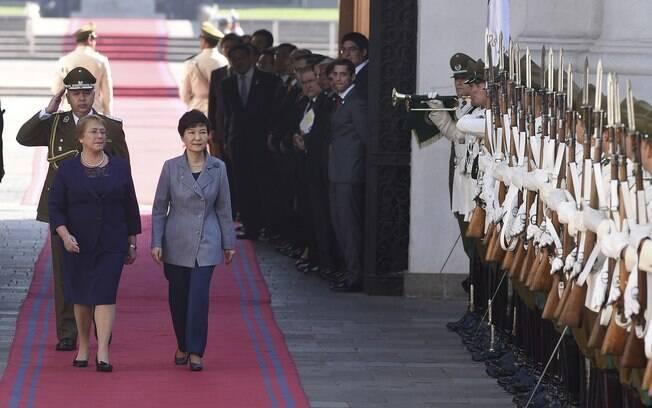 Michelle Bachelet, à esq., caminha com a presidente sul-coreana Park Geun-hye na Plaza de la Constitución em Santiago, Chile (22/04)