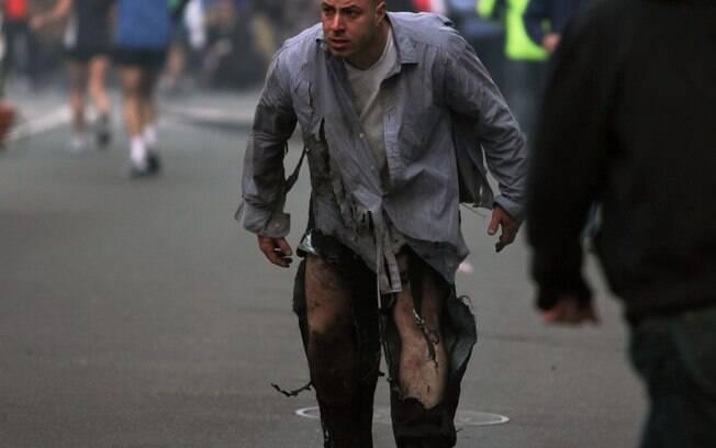 Homem caminha com as calças rasgadas após explosões na Maratona de Boston (15/04). Foto: AP