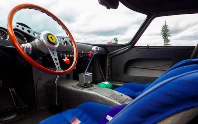 Simplicidade e beleza. Tal como o exterior, o habitáculo conserva a identidade da Ferrari 250 GTO