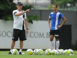 Oswaldo de Oliveira coordena treinamento e foca em fortalecimento do sistema defensivo santista