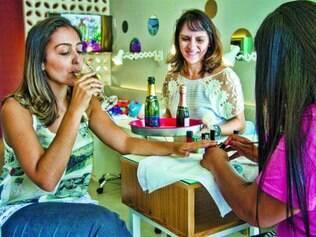 Além do salão.  Bendita tem, além da manicure e bar, esmaltes importados, ambiente aconchegante e mesmo preço da concorrência