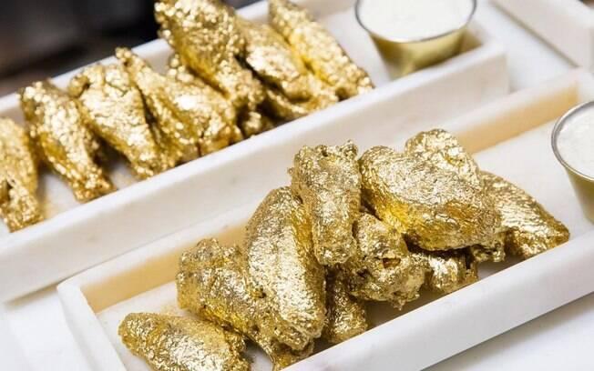 A porção da asa de frango banhada a ouro 24 quilates é vendida no restaurante The Ainsworth e pode custar até R$ 4 mil