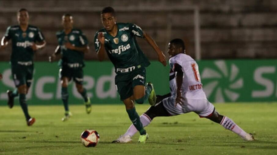 Giovani tem apenas 17 anos e vem ganhando espaço na equipe do Palmeiras
