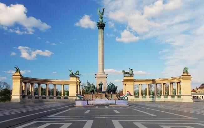 A Praça dos Heróis é um dos principais monumentos históricos de Budapeste e também faz parte do essencial da cidade