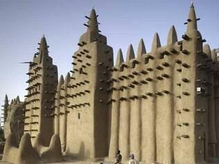 Em Mali, no norte da África, a mesquita de Djenné, que corria risco de desabar, foi estabilizada