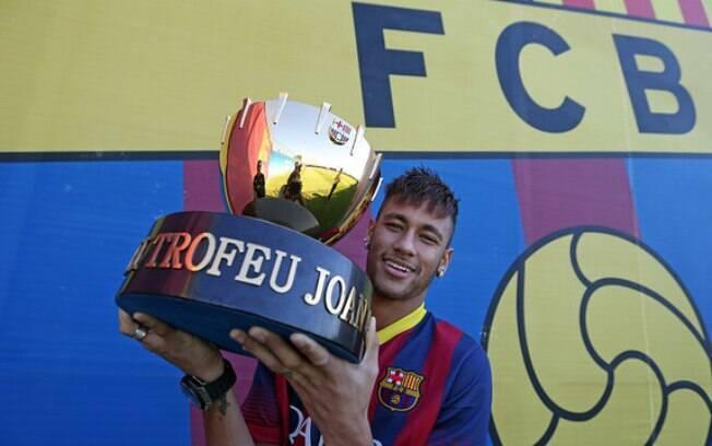 Neymar exibe troféu Joan Gamper, que estará  em jogo no amistoso contra o Santos